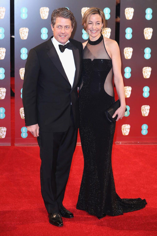 Hugh Grant ante las cámaras de la alfombra roja de los BAFTA 2017