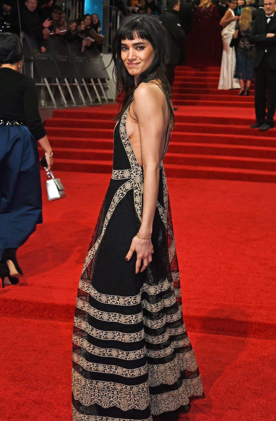 La actriz de 'La Momia', Sofia Boutella, en la alfombra roja de los BAFTA 2017