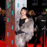 Noomi Rapace de femme fatale en la alfombra roja de los BAFTA 2017