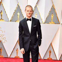 Lucas Hedges en la alfombra roja de los Oscar 2017