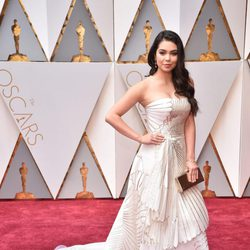 Auli'i Cravalho en la alfombra roja de los Oscar 2017