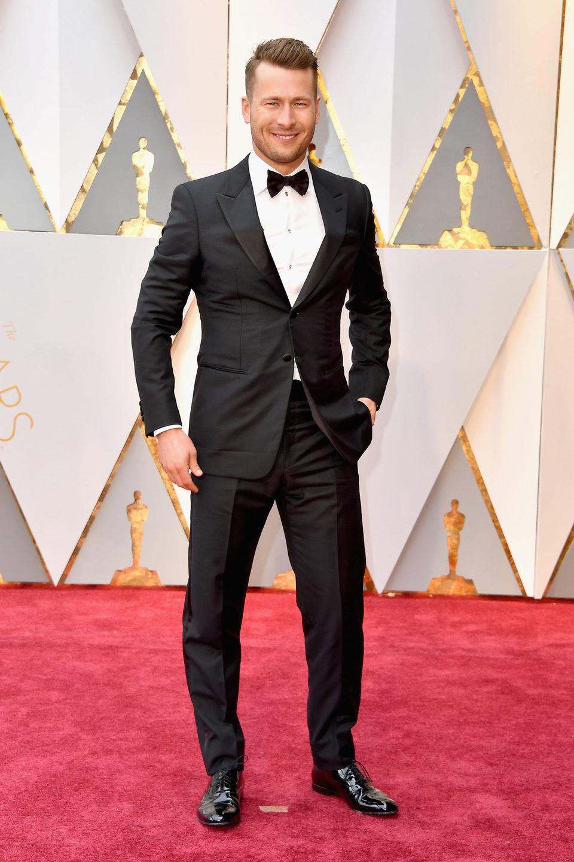 Glen Powell en la alfombra roja de los Oscar 2017