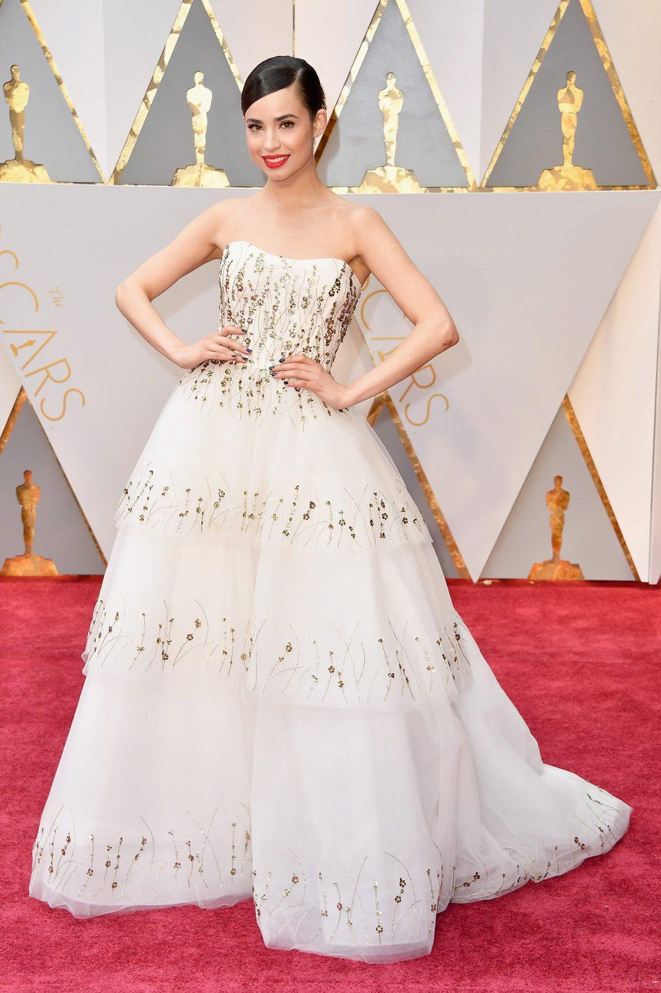 Sofia Carson posa en la alfombra roja de los Oscar 2017