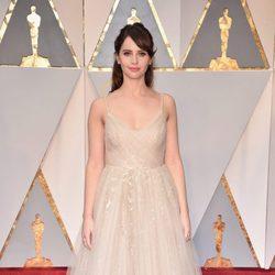 Felicity Jones en la alfombra roja de los Oscar 2017