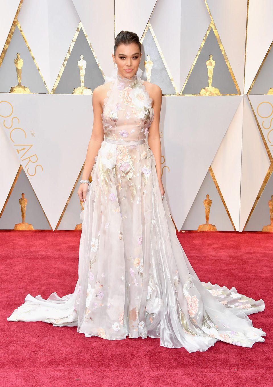 Hailee Steinfeld en la alfombra roja de los Oscars 2017