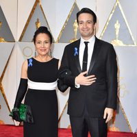 Lin-Manuel Miranda and his mother at the Oscars 2017 red carpet