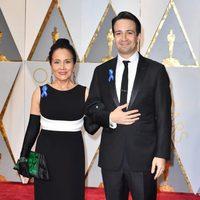 Lin-Manuel Miranda y su madre en la alfombra roja de los Oscar 2017