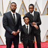Trevante Rhodes, Alex R. Hibbert y Ashton Sanders en la alfombra roja de los Oscar 2017
