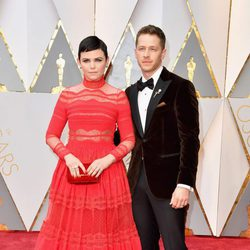 Ginnifer Goodwin y Josh Dallas en la alfombra roja de los Oscar 2017