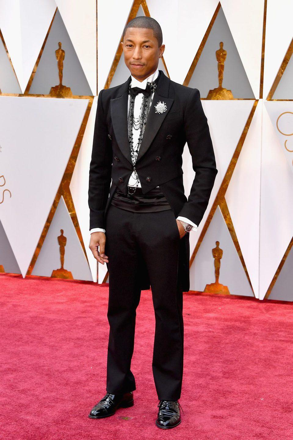 Pharrel Williams en la alfombra roja de los Premios Oscar 2017