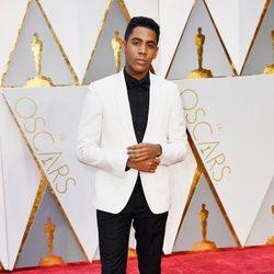 Jharrel Jerome en la alfombra roja de los Premios Oscar 2017