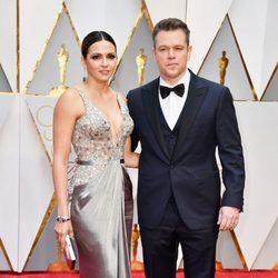Matt Damon y Luciana Barroso en la alfombra roja de los Premios Oscar 2017