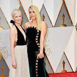 Michelle Williams y Busy Phillips en la alfombra roja de los Premios Oscar 2017