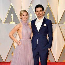 Damien Chazelle y Olivia Hamilton en la alfombra roja de los Premios Oscar 2017