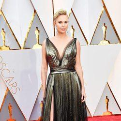 Charlize Theron en la alfombra roja de los Premios Oscar 2017
