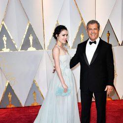 Mel Gibson y Rosalind Ross en la alfombra roja de los Oscar 2017