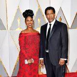 Denzel Washington y Pauletta Washington en la alfombra roja de los Premios Oscar 2017