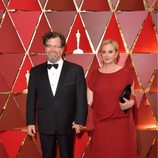 Kenneth Lonergan y J. Smith-Cameron en la alfombra roja de los Premios Oscar 2017