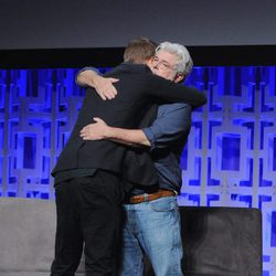 Hayden Christensen abrazando a George Lucas durante la Star Wars Celebration