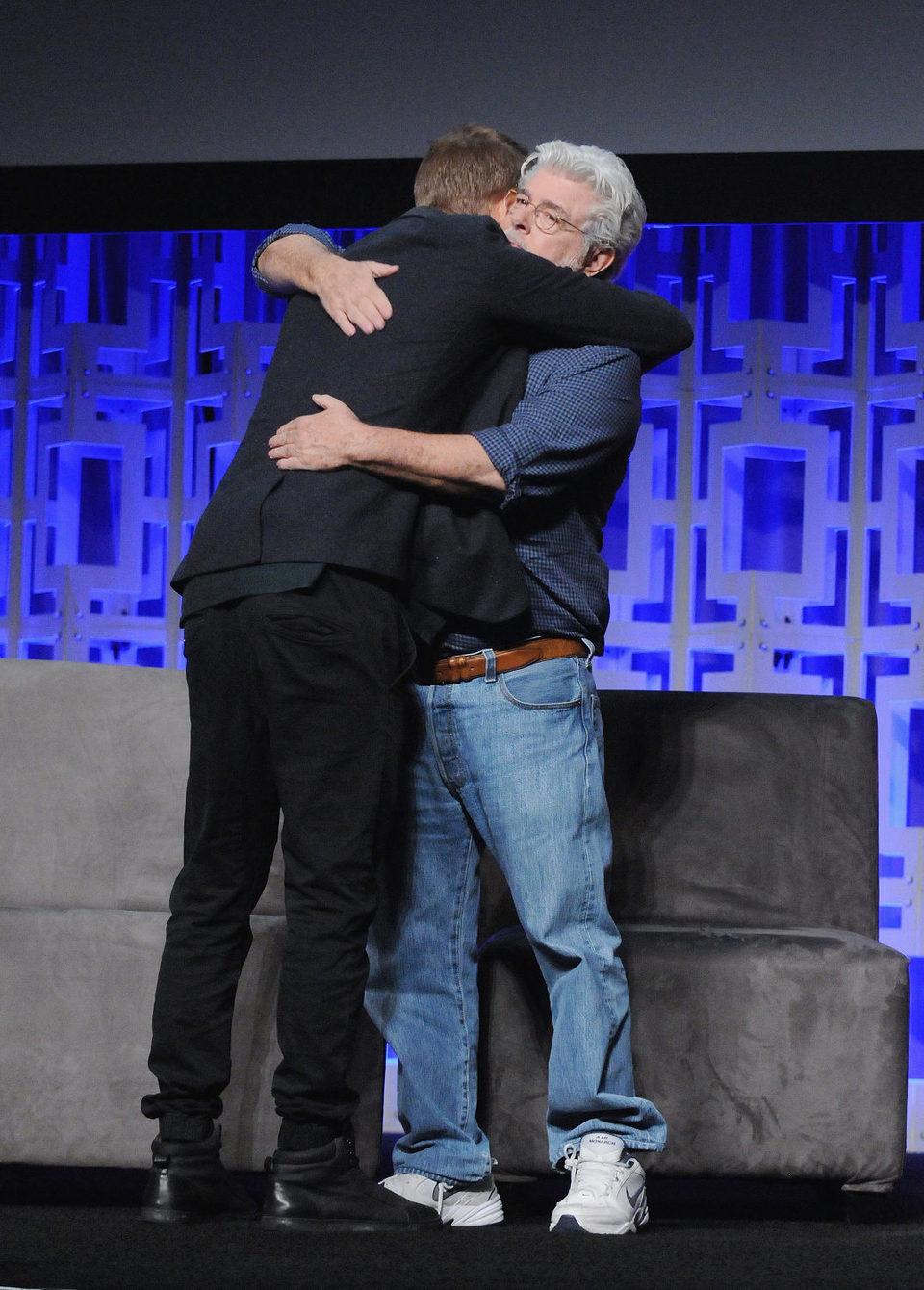 Hayden Christensen abrazando a George Lucas durante la Star Wars Celebration