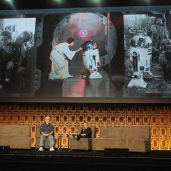Warwick Davis y George Lucas en la Star Wars Celebration