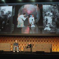 Warwick Davis y George Lucas en la Star Wars Celebration