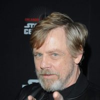 Mark Hamill señalando en la Star Wars Celebration