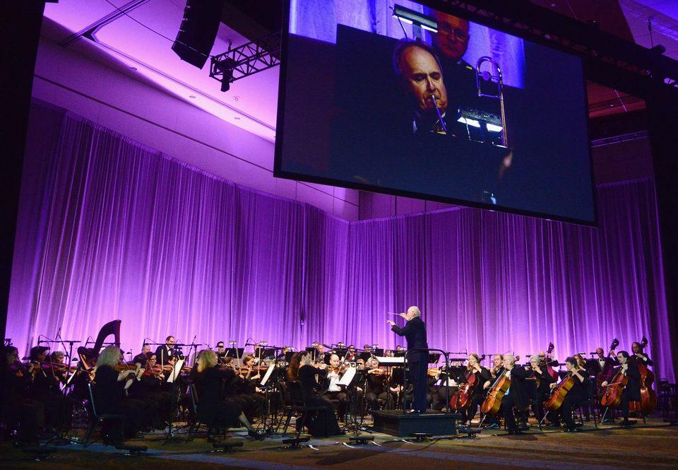 John Williams dirigiendo la orquesta durante la Star Wars Celebration
