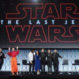 El equipo de 'Los últimos Jedi' saludando en la Star Wars Celebration