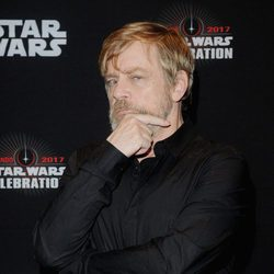 Mark Hamill acude a la Star Wars Celebration, y posa antes del panel de 'Los últimos Jedi'