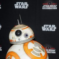 El robot BB-8 también posa antes del panel de 'Los últimos Jedi' en la Star Wars Celebration