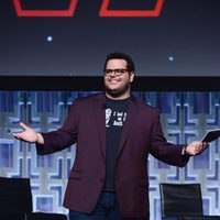 El actor Josh Gad presentando el panel de 'Los últimos Jedi' en la Star Wars Celebration