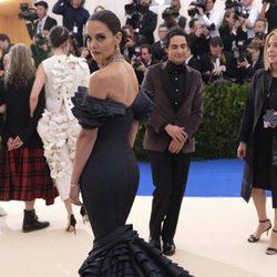 Katie Holmes en la alfombra roja de la Gala Met 2017
