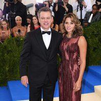 Matt Damon y Luciana Barroso en la alfrombra roja de la Gala Met 2017