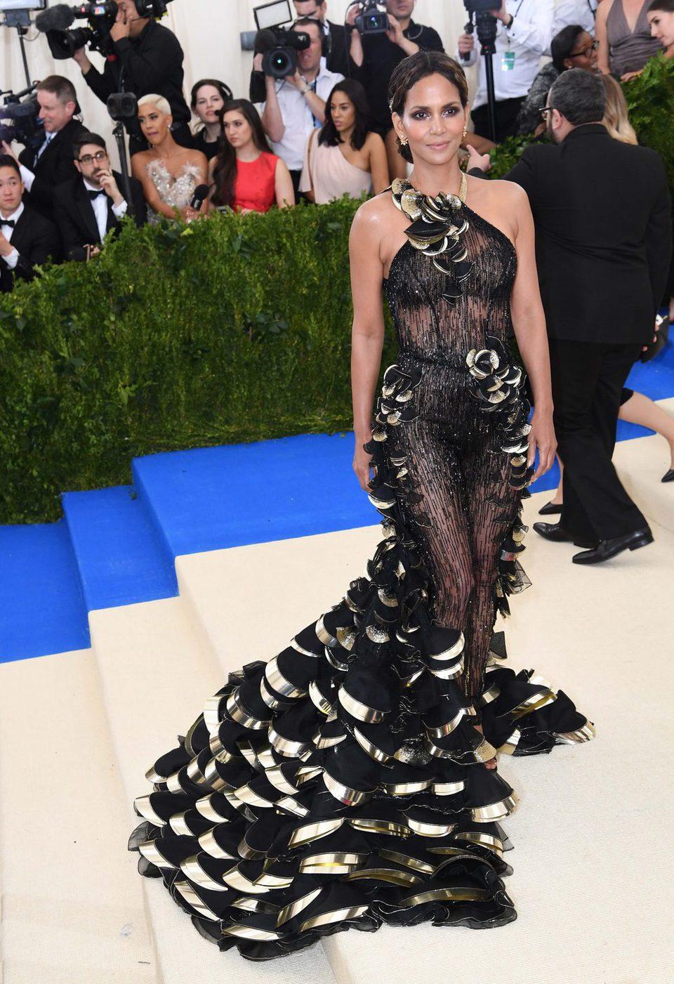 Halle Berry en la alfrombra roja de la Gala Met 2017