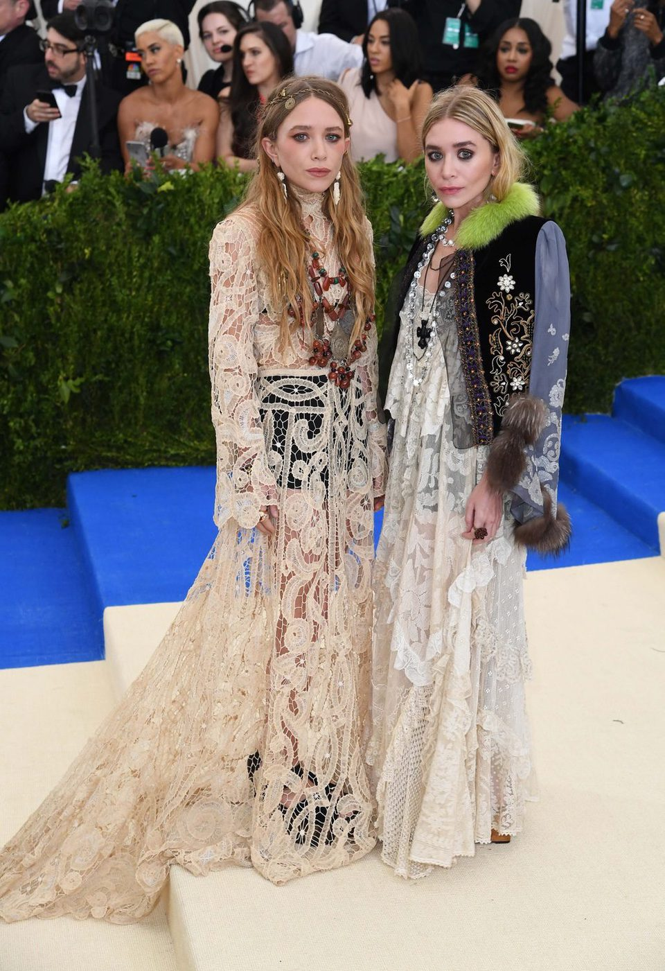 Mary-Kate y Ashley Olsen en la alfrombra roja de la Gala Met 2017