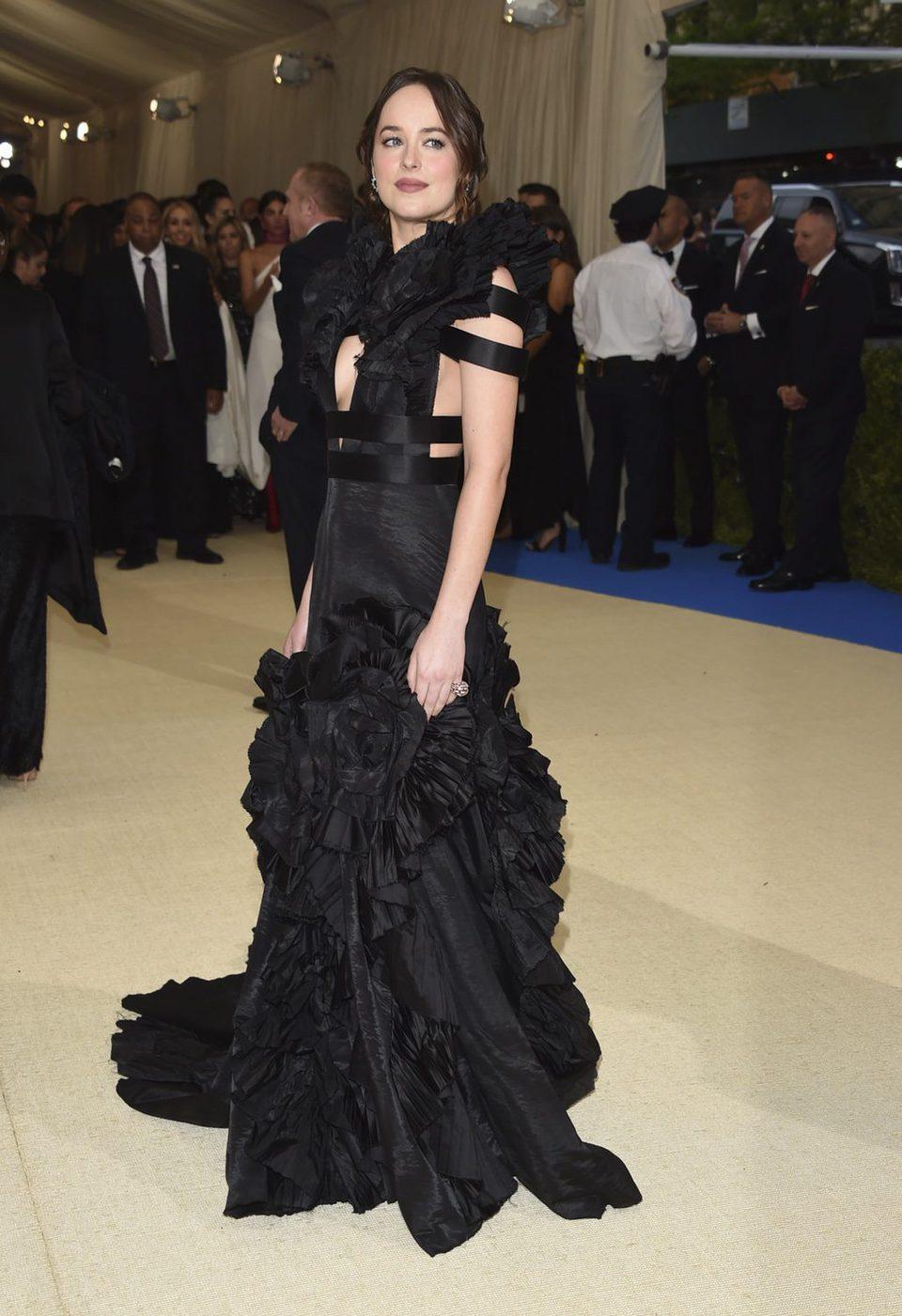 Dakota Johnson en la alfrombra roja de la Gala Met 2017