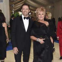 Hugh Jackman y su esposa en la alfrombra roja de la Gala Met 2017