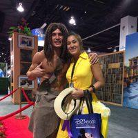 Dos fans disfrazados de Tarzan y Jane en la D23