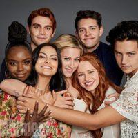 El reparto de 'Riverdale' posa durante la Comic-Con 2017