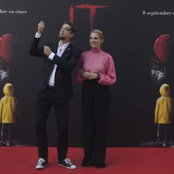 Barbara Muschietti y Andy Muschietti vestidos de gala en la presentación de 'It' en Madrid
