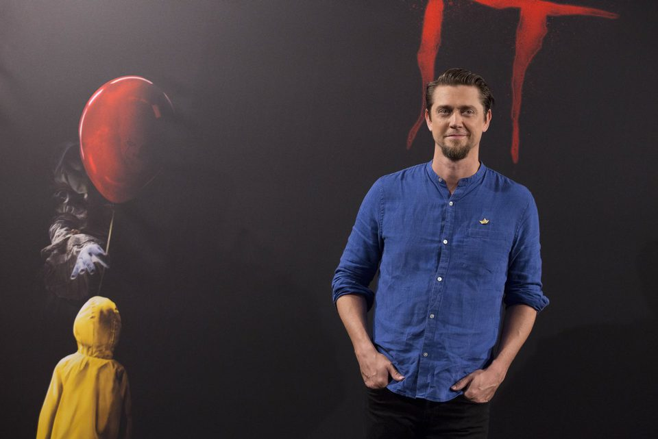 Andy Muschietti posa solo en la presentación de 'It' en Madrid