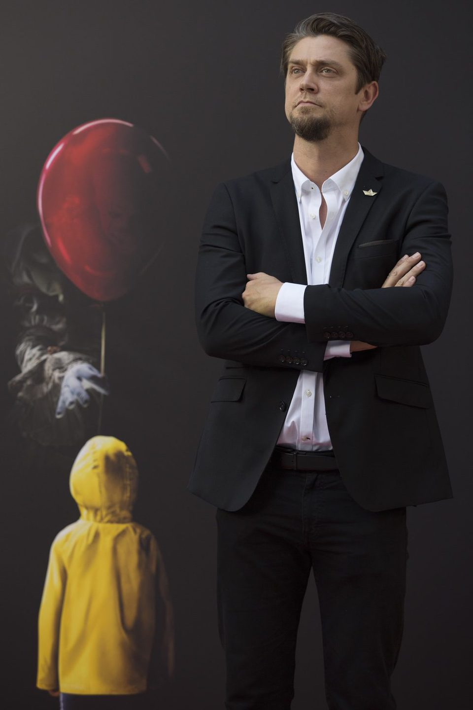 Andy Muschietti posa a lo James Bond en la presentación de 'It' en Madrid