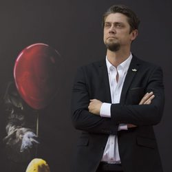 Andy Muschietti posa a lo James Bond en la presentación de 'It' en Madrid