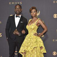 Sterling K. Brown y Ryan Michelle Bathe en la alfombra roja de los premios Emmy 2017