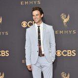 Brandon Flynn en la alfombra roja de los premios Emmy 2017