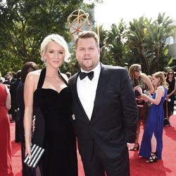 James Corden y Julia Carey en la alfombra roja de los premios Emmy 2017