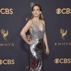 Anna Chlumsky posa en la alfombra roja previa a los premios Emmy 2017