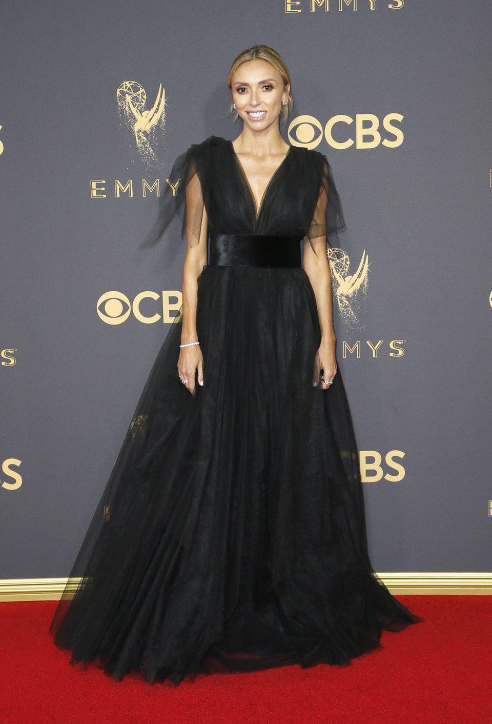 Giuliana Rancic posa en la alfombra roja previa a los premios Emmy 2017