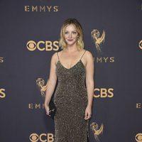 Abby Elliott posa en la alfombra roja previa a los premios Emmy 2017